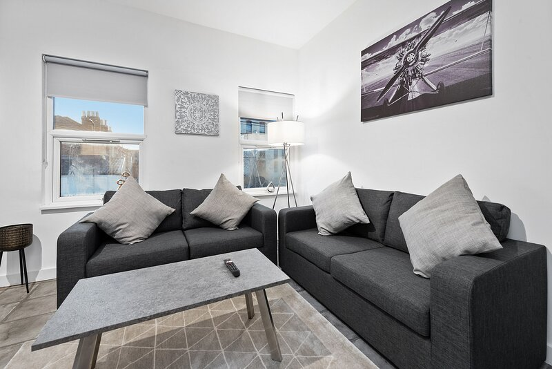 West Ealing Serviced Apartment A - 2 Bedroom 2 Bath Parking, casa vacanza a Greenford