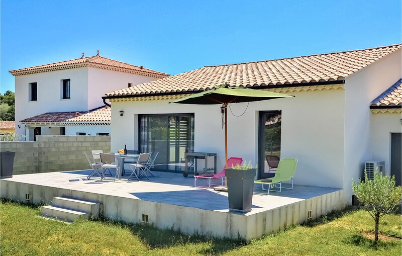 Beautiful home in Vaison-la-Romaine with WiFi and 3 Bedrooms (FPV709), holiday rental in Villedieu