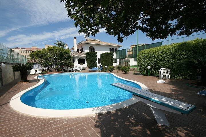 Villa Mattia, Swimming Pool and Tennis Court, vacation rental in Flumini