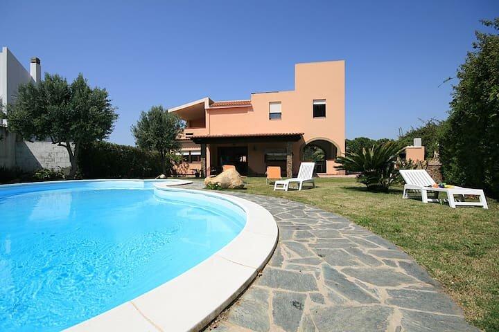 Villa Flumini, Sea View and Swimming Pool, location de vacances à Capitana