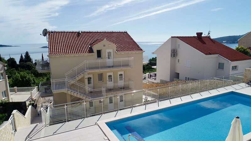 Villa Samba - Two-Bedroom Apartment with Terrace and Sea View, holiday rental in Plat