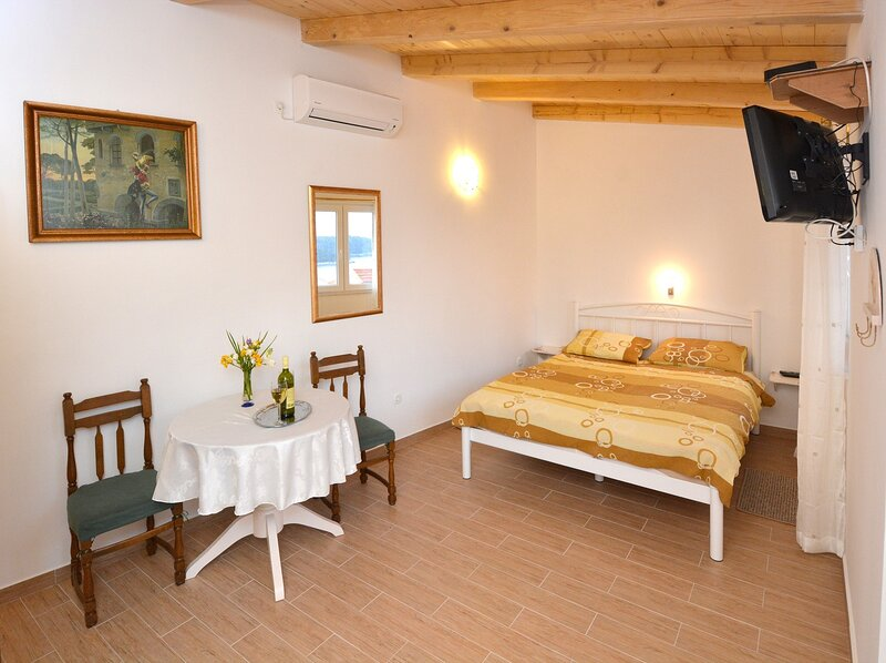Guest House Enny - Studio Apartment with Terrace and Sea View, holiday rental in Sumet