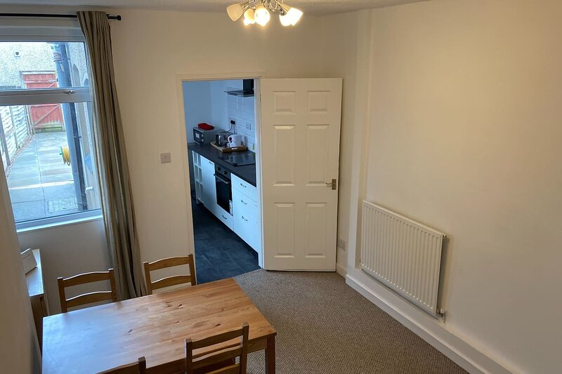CV21 3SG Whole 2-Bed House in Rugby, holiday rental in Lutterworth