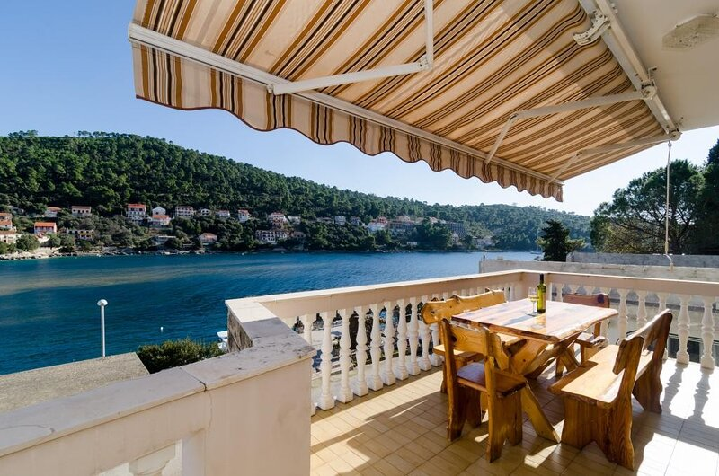 Apartments Kuzma - Four-Bedroom Apartment with Terrace and Sea View, holiday rental in Brna