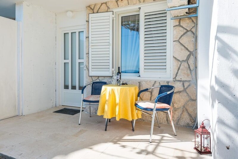 Guesthouse Home Sweet Home - Standard Studio with Terrace and Sea View, holiday rental in Sumet