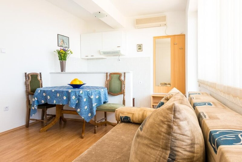 Guesthouse Home Sweet Home - One-Bedroom Apartment with Balcony, holiday rental in Sumet