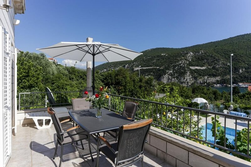 Villa Celenca - Superior Two Bedroom Apartment with Balcony Sea View, holiday rental in Mokosica
