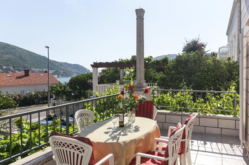 Villa Celenca - Two Bedroom Apartment with Balcony and Sea View, holiday rental in Mokosica