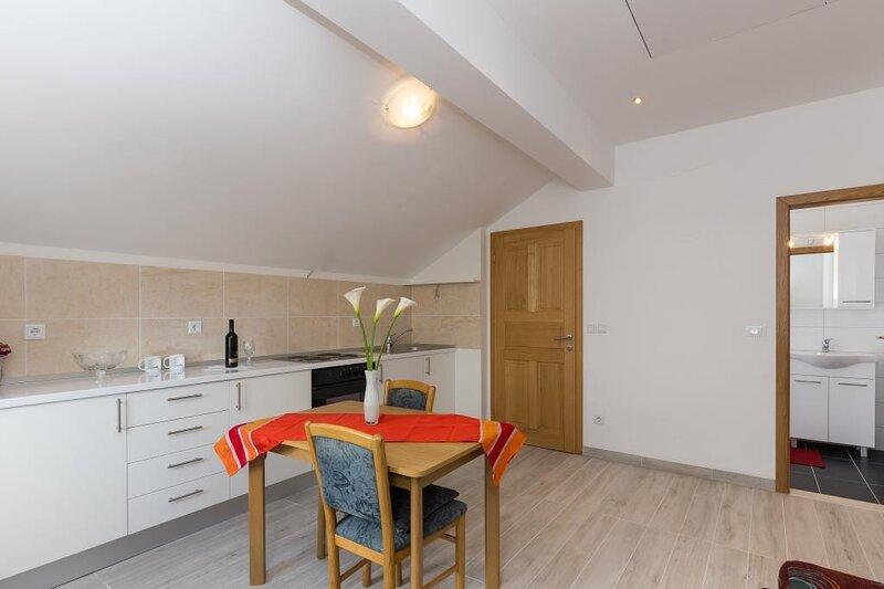 Villa Celenca - One-Bedroom Apartment, holiday rental in Mokosica