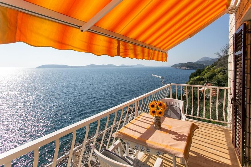 Apartments Neve - Two-Bedroom Apartment with Balcony and Sea View, casa vacanza a Stikovica