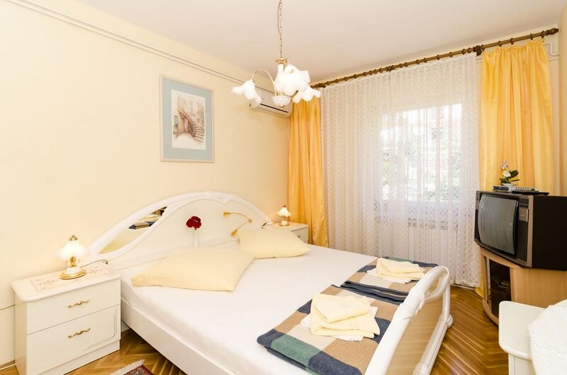 Guest House Rozić - Two-Bedroom Apartment with Sea View -1, holiday rental in Mokosica