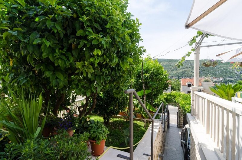 Guest House Rozić - Two-Bedroom Apartment with Sea View -2, holiday rental in Mokosica