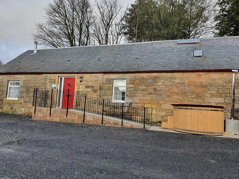 Inviting 2-Bed Barn with hot tub near Muirkirk, holiday rental in Newmilns