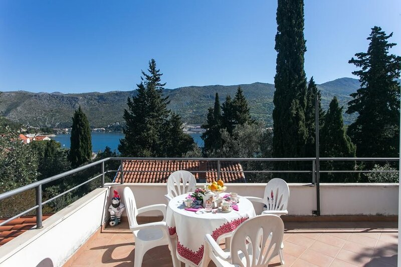 One-Bedroom Apartment with Balcony and Sea View, casa vacanza a Stikovica