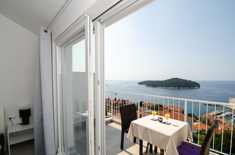 Ploce Apartments LUV - Studio Apartment with Balcony and Sea View, holiday rental in Sumet