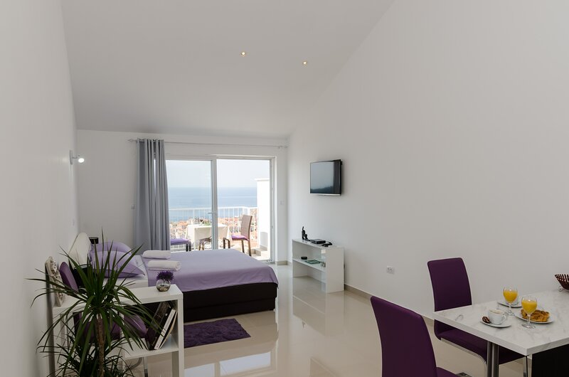 Ploce Apartments LUV - Standard Studio with Balcony and Sea View, holiday rental in Sumet