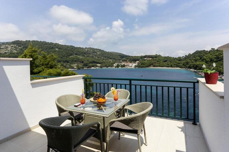 Apartments Posta - Comfort One-Bedroom Apartment with Terrace and Sea View, holiday rental in Saplunara
