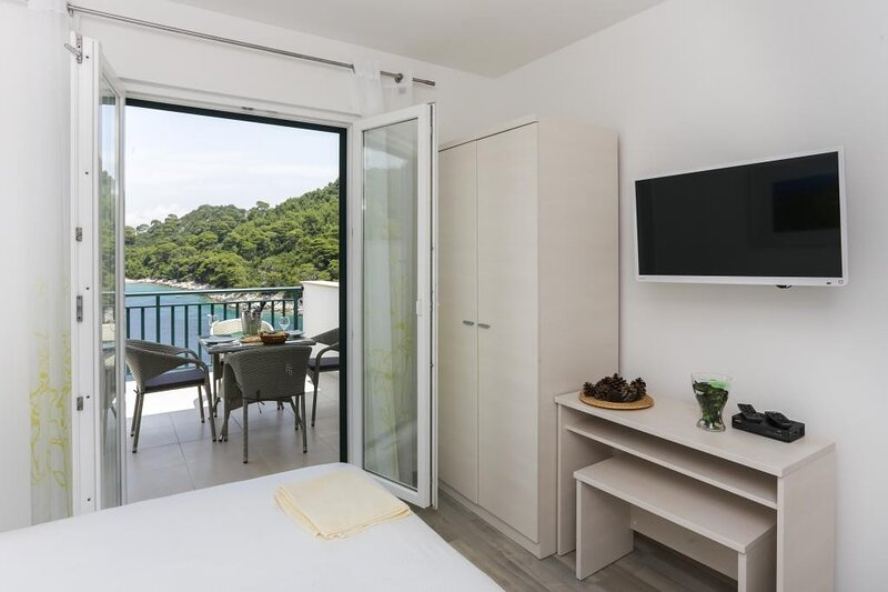 Apartments Posta - Superior One-Bedroom Apartment with Terrace and Sea View, holiday rental in Saplunara