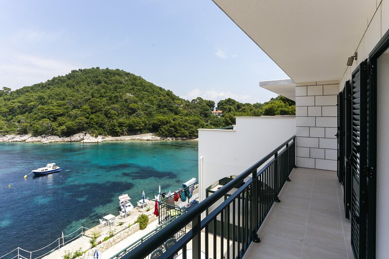 Apartments Posta - Deluxe One-Bedroom Apartment with Balcony and Sea View, location de vacances à Mljet Island