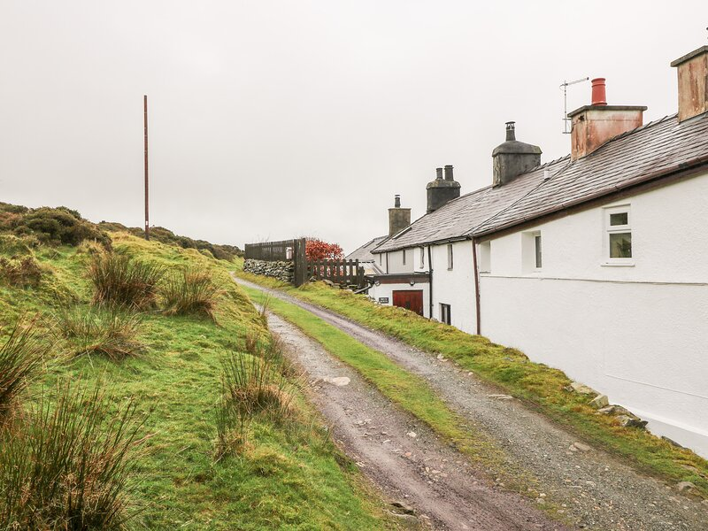 BRYN MORFA, views over countryside to sea, woodburner, garden, near Penygroes, vacation rental in Groeslon