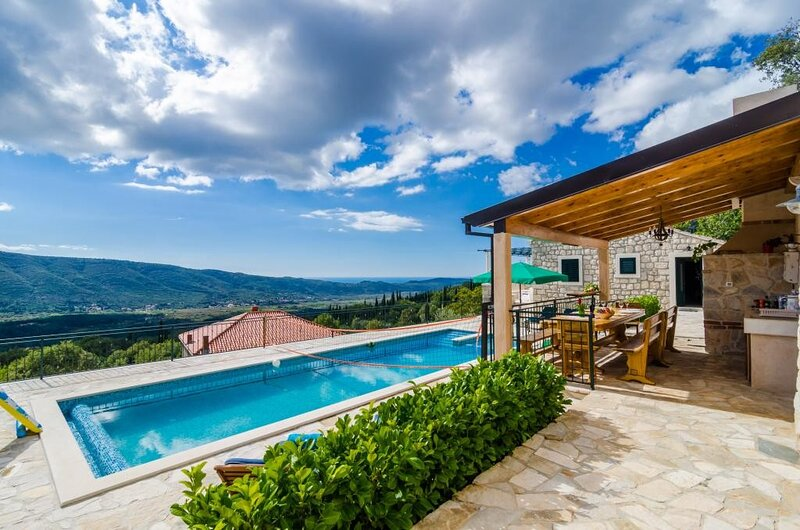 Villa Falcon Rook - Four-Bedroom Villa with Terrace and Swimming Pool, holiday rental in Zastolje
