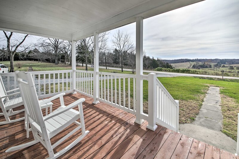 NEW! Farm-Style Ste. Genevieve House w/ Fire Pit!, holiday rental in Fredericktown
