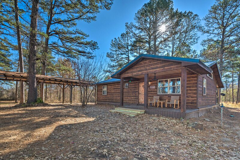 NEW! Updated Cabin w/ Fire Pit: 2 Mi to UTV & Hike, location de vacances à Octavia