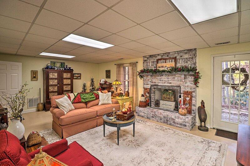 NEW! Private Hendersonville Hideaway w/ Firepit!, aluguéis de temporada em Flat Rock