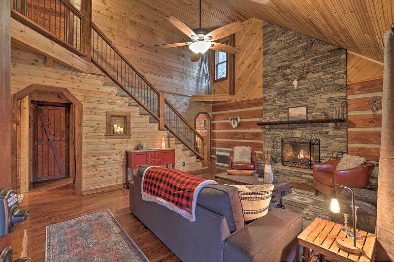 NEW! Gorgeous Log Cabin w/ Decks + Fireplaces!, holiday rental in Deep Gap