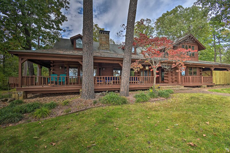 NEW! Hilltop Hot Springs Log Cabin with Hot Tub, holiday rental in Lake Hamilton