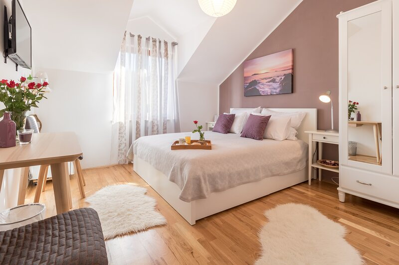 Apartments Micika - Deluxe Double Room with Mountain View (S2), holiday rental in Zvekovica