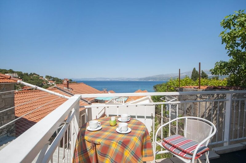 Apartments Mira -One Bedroom Apartment with Terrace and Sea View, holiday rental in Splitska