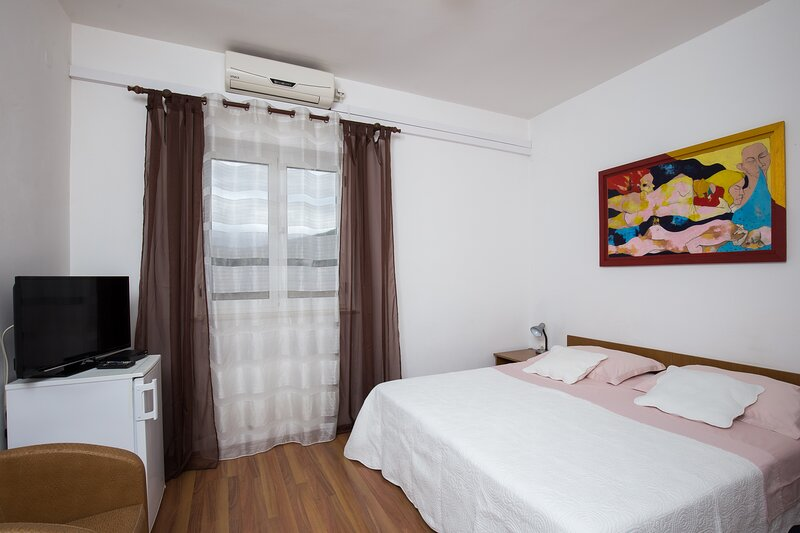 Villa Konalić - Double or Twin Room with Balcony and Sea View 1, holiday rental in Prijevor