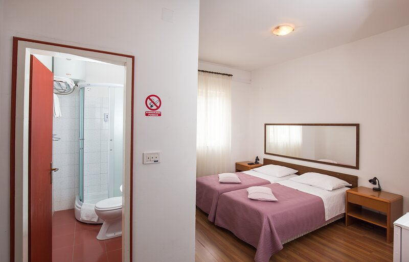 Villa Konalić - Double or Twin Room with Balcony and Sea View 2, holiday rental in Prijevor
