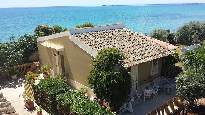 Blue-house On The Sea, Parking And Wifi, casa vacanza a Capo Negro