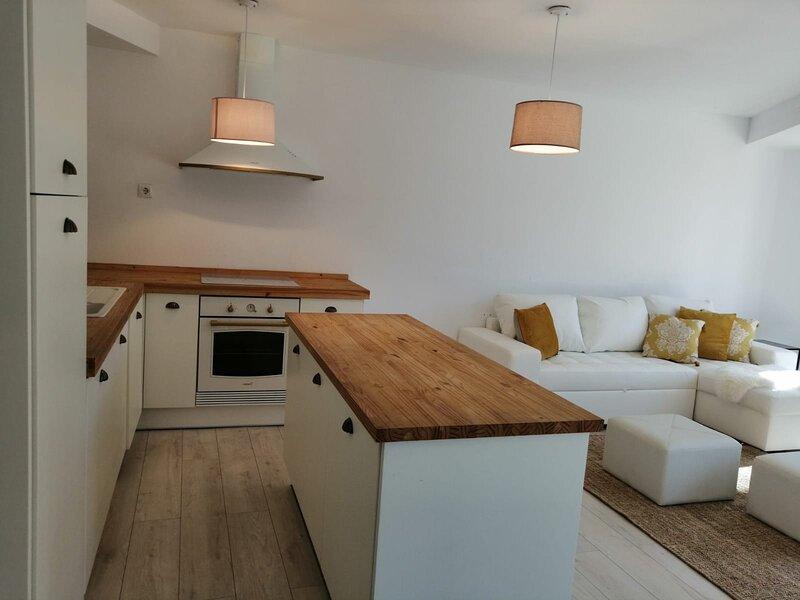 Precioso apartamento muy luminoso y céntrico, sito  edificio recién rehabilitado, alquiler vacacional en Ares