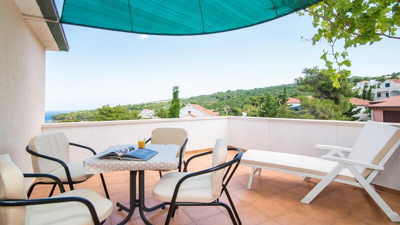 One Bedroom Apartment with Balcony and Sea View (A2), location de vacances à Postira