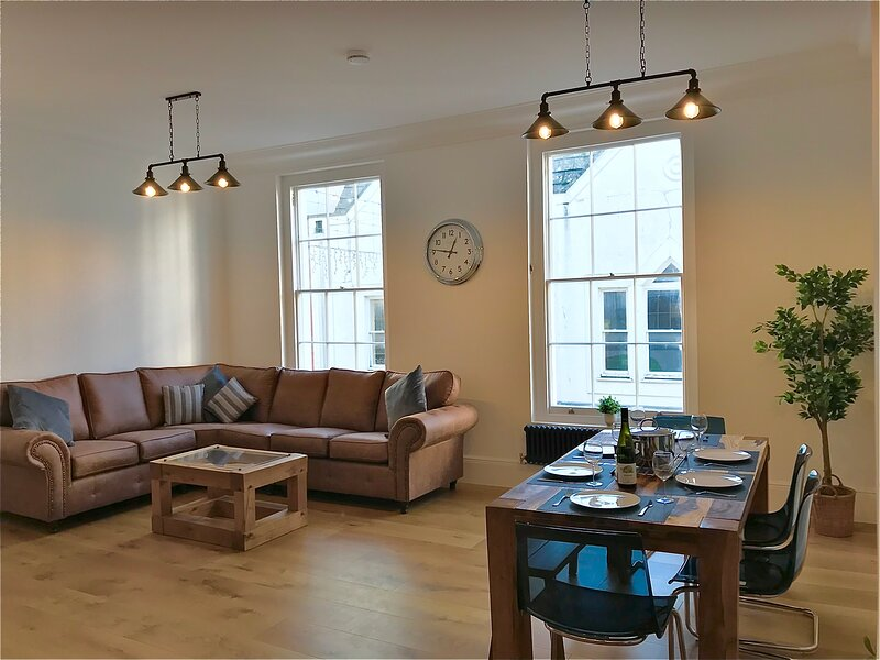Stay Salty | Perfect Central Location | 1000 SqFt!, holiday rental in Teignmouth