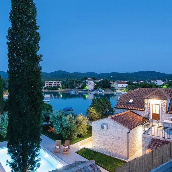 Holiday Home Lovište-Three Bedroom Holiday Home with Pool and Sea View, casa vacanza a Loviste