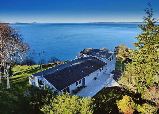 4 Bed 3 Bath 180° View of Admiralty Inlet high bank waterfront home (282), holiday rental in Greenbank