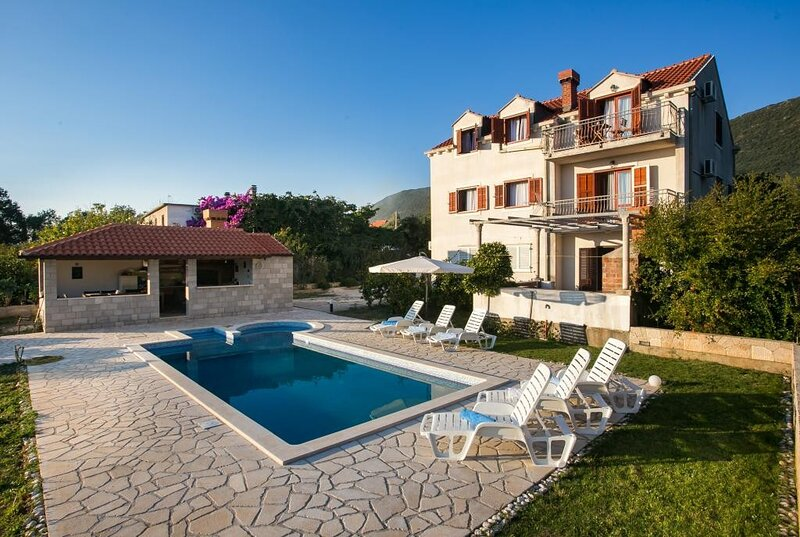 Holiday Home Luce- Six Bedroom Holiday Home with Terrace and Swimming Pool, alquiler vacacional en Njivice