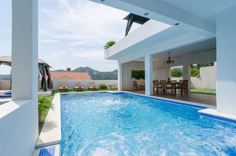 Villa Luciana Residence - Five-Bedroom Villa with Two Pools and Spa Center, casa vacanza a Celopeci