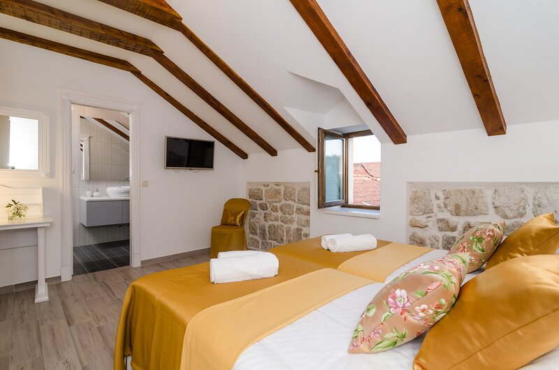 Rooms Sorgo Palace - Superior Double or Twin Room with City View, holiday rental in Ston