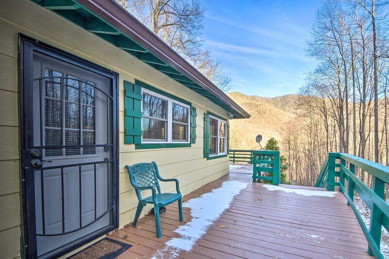 Franklin Vacation Rental | 2BR | 1BA | 740 Sq Ft | 5 Steps Required to Enter