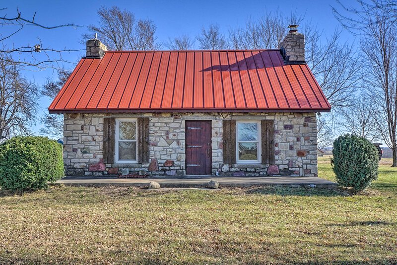 NEW! Historic Farmhouse on 7 Acres w/ Stellar View, holiday rental in Liberty
