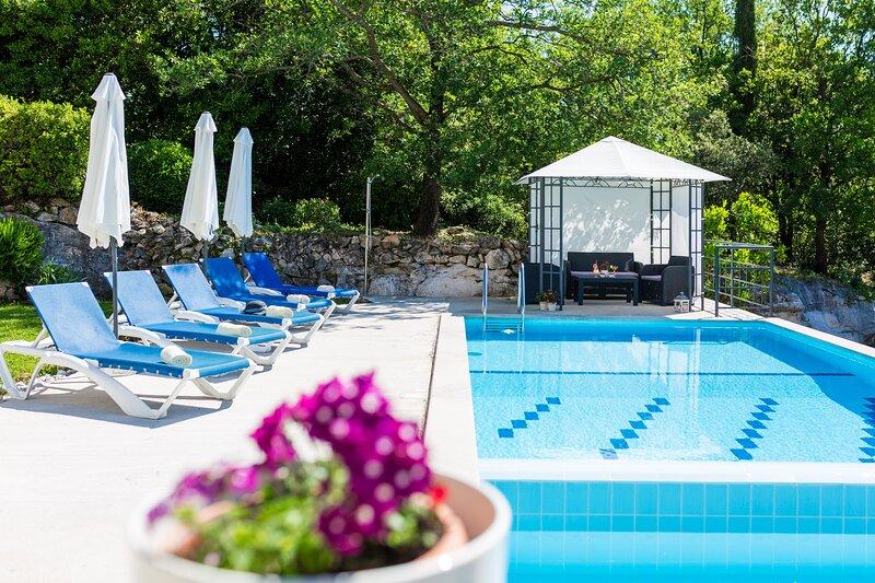 Villa Luce Konavoka - Three Bedroom Villa with Terrace and Swimming Pool, location de vacances à Mocici