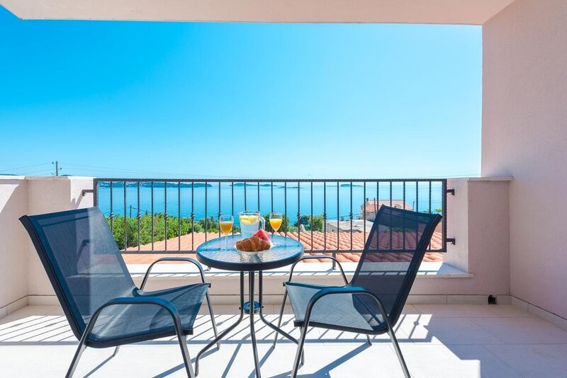 Villa Made 4U - Comfort One Bedroom Apartment with Balcony and Sea View, holiday rental in Soline
