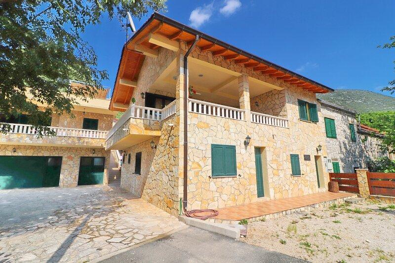 Villa Kokanovi Dvori - Four-Bedroom Villa with Hot tub and Private Pool, location de vacances à Metkovic