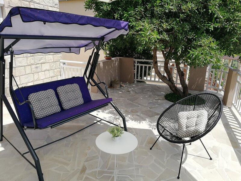Apartment Vergatum - Two Bedroom Apartment with Terrace and Sea View, location de vacances à Ivanica