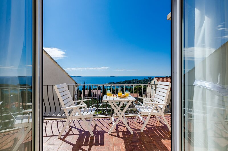 Apartments Knego - One Bedroom Apartment with Balcony and Sea View, location de vacances à Srebreno